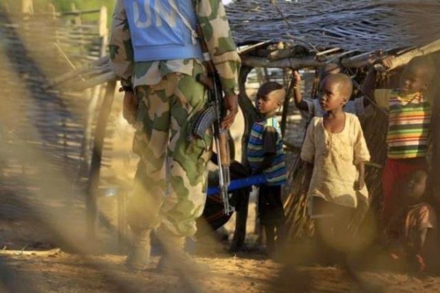 caschi blu bambini african