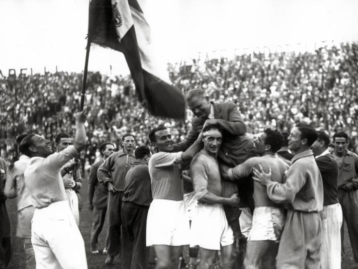 Il-buon-Vittorio-Pozzo-portato-in-trionfo-alla-fine-di-Italia-Cecoslovacchia