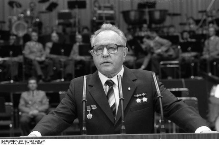 Bundesarchiv_Bild_183-1983-0325-037,_Festveranstaltung_SV_Dynamo,_Erich_Mielke.jpg