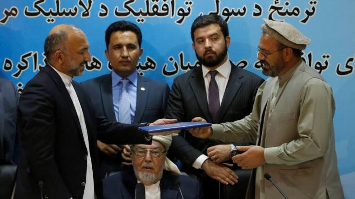 La firma degli accordi di pace di fronte ai rappresentanti del governo afgano e dell'Hizb-e-Islami