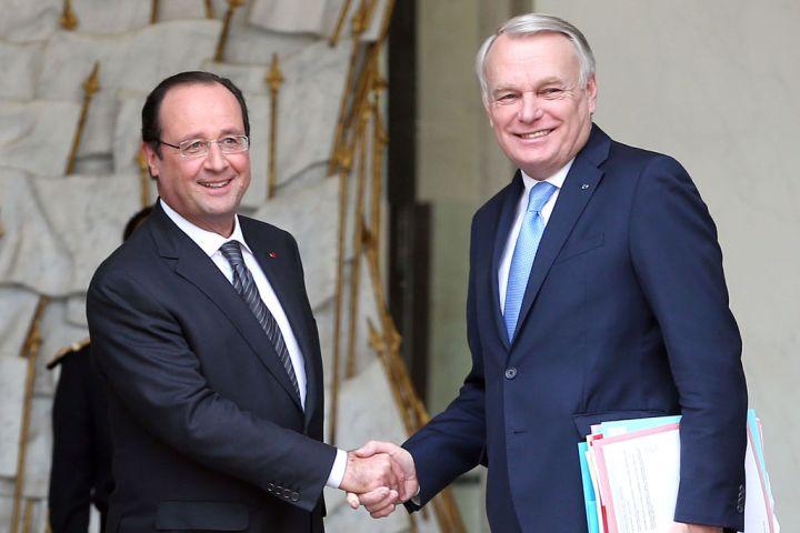 francois-hollande-et-jean-marc-ayrault-a-la-sortie-du-conseil-des-ministres-au-palais-de-l-elysee-a-paris-le-3-janvier-2014_exact1024x768_l