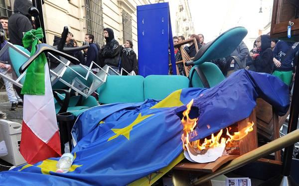 SCIOPERI: TORINO; BANDIERA NO TAV AL POSTO DI QUELLA EUROPEA