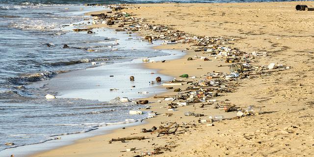 spiaggia plastica