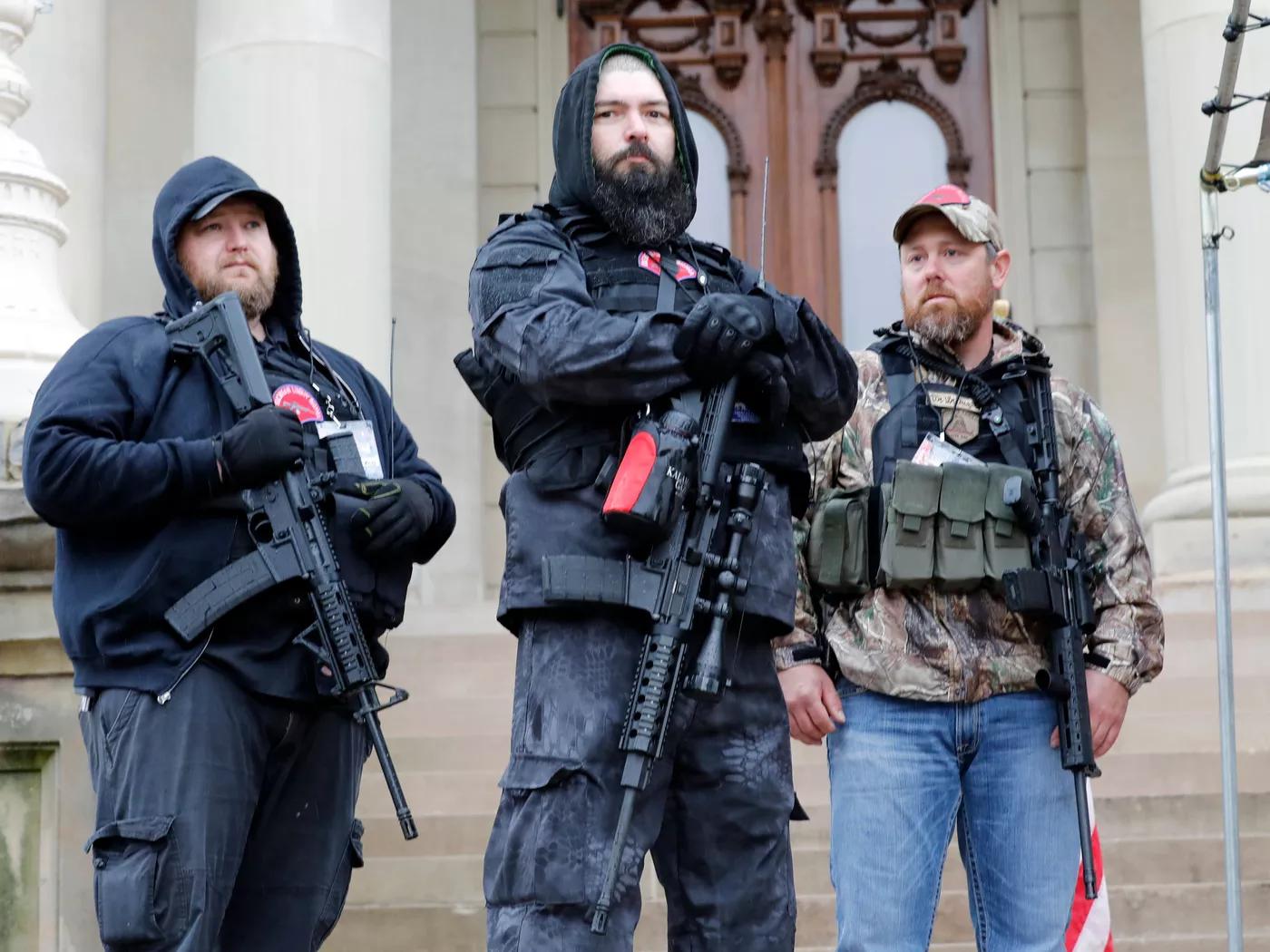 Proteste Lansing Capitol Michigan armi