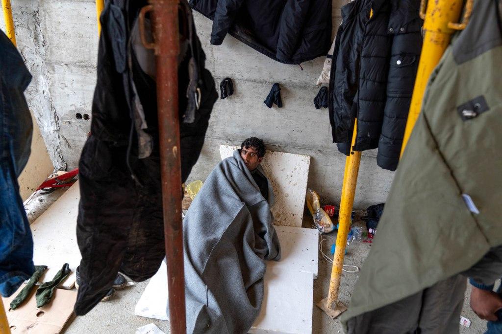 Migranti in uno squat in Bosnia